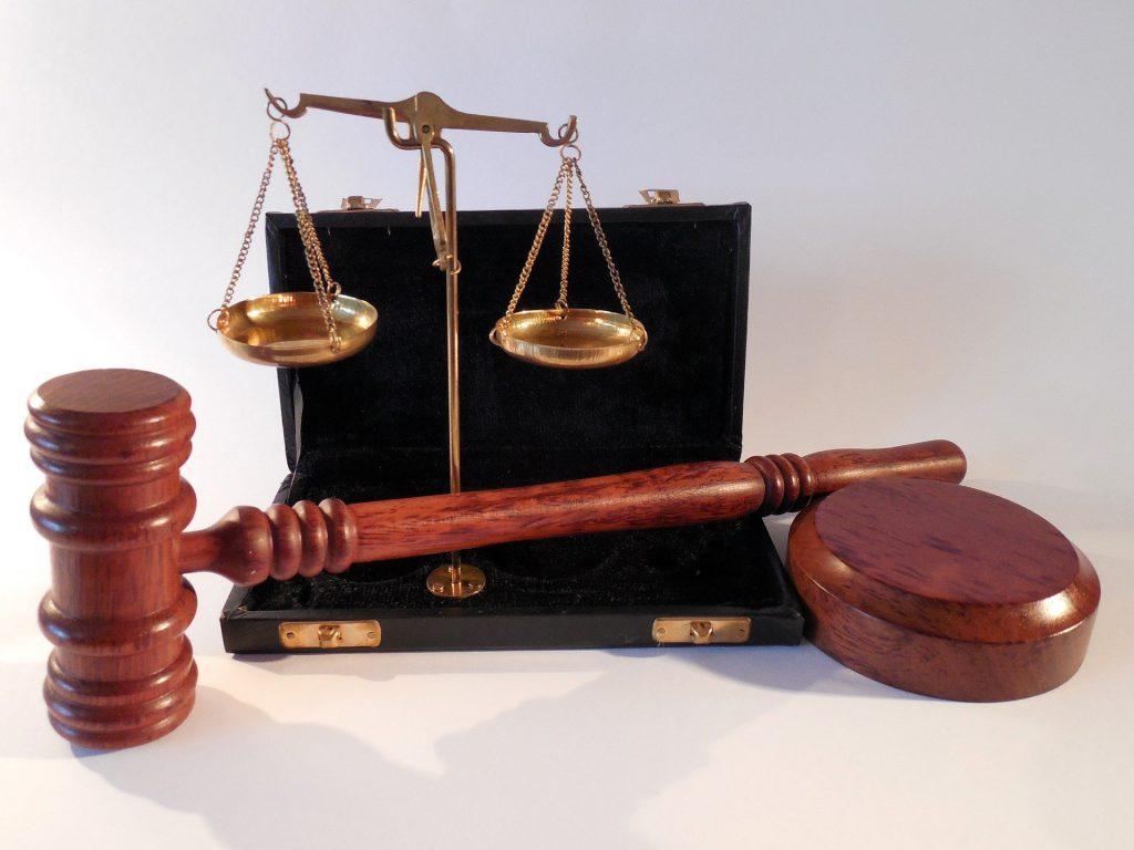 une balance et un marteau de justice
