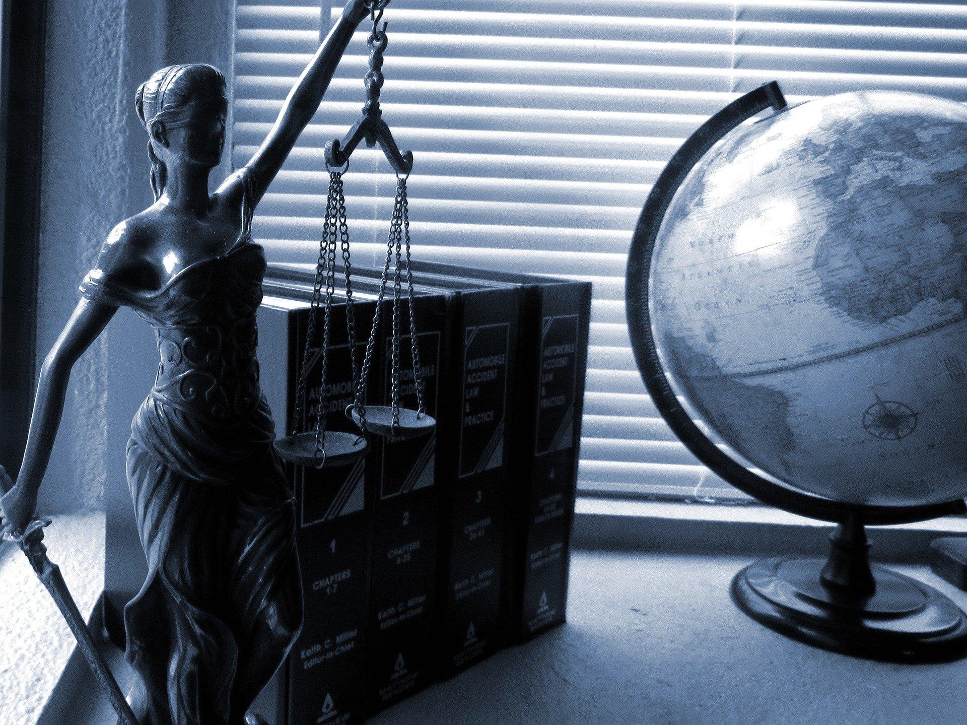 femme représentant la justice et un globe