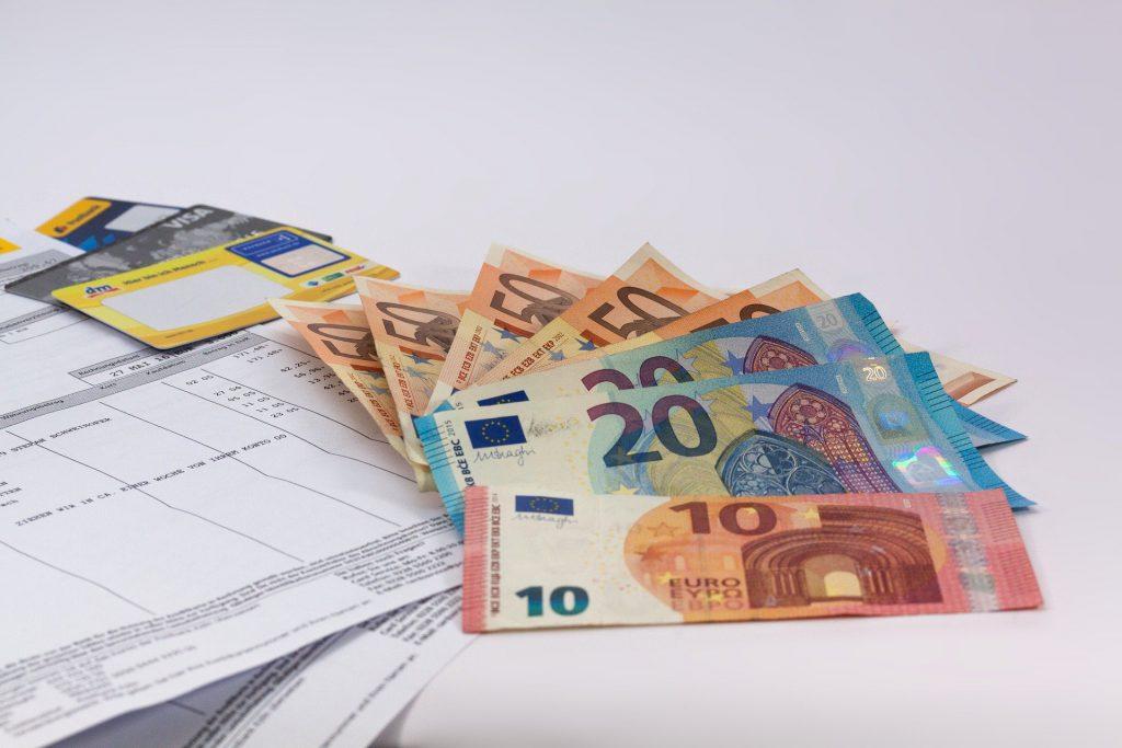 Des factures avec des billets euros