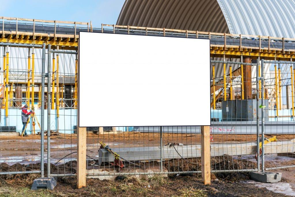 Un panneau d'affichage de construction
